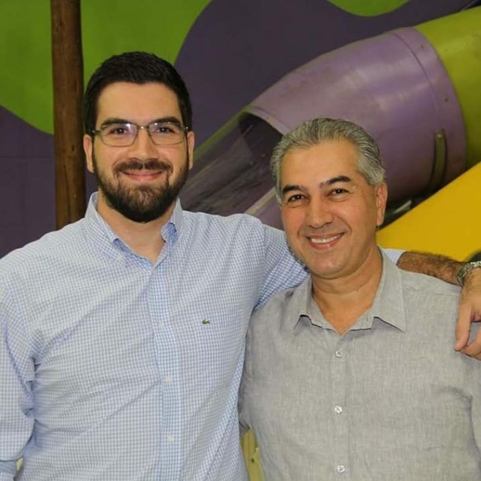 O filho de Reinaldo Azambuja, Rodrigo Silva, ao lado do pai. Reinaldo é governador de MS e candidato à reeleição.  — Foto: Instagram/Reprodução