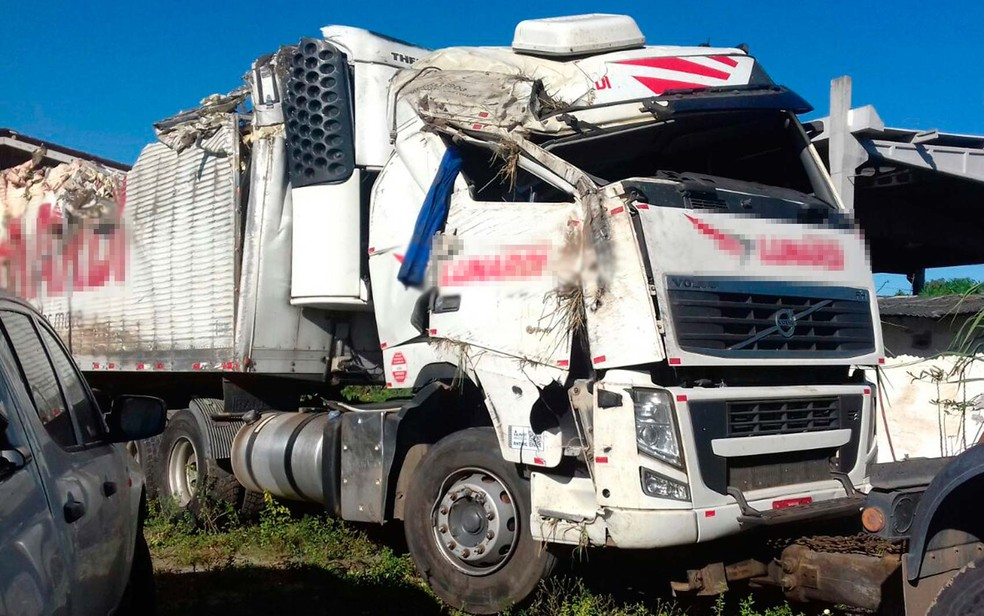 Caminhão com carga de chocolate tombou na BR-10, no sul da Bahia (Foto: Divulgação/PRF)