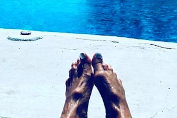 A foto polêmica dos pés da modelo Elle Macpherson (Foto: Instagram)