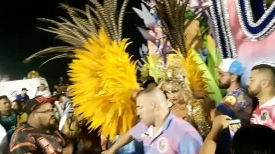 Ellen Rocche leva noivo e sogra ao Desfile das Campeãs de SP e diz que vai leiloar fantasia de rainha