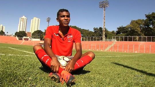 Nascido um dia após gol histórico, zagueiro Petkovic da Silva busca espaço no futebol