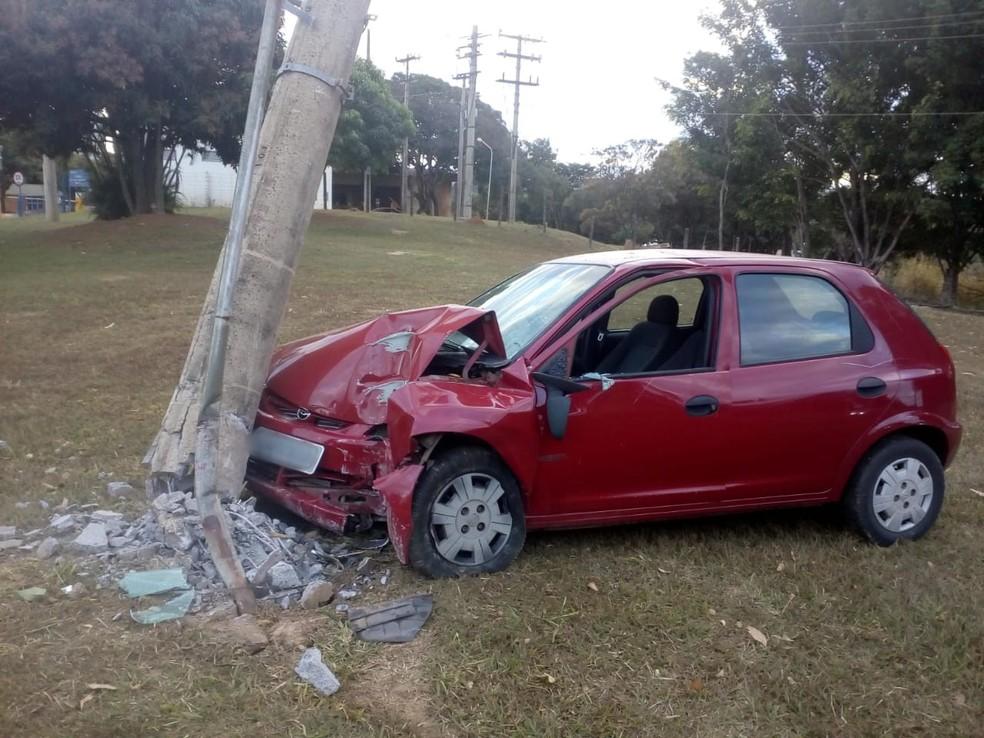 Motorista bate carro em poste e se recusa a fazer bafômetro no DF — Foto: PMDF/ Divulgação