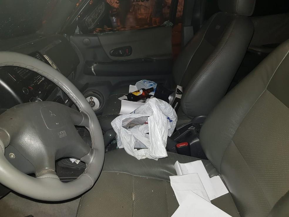 Várias garrafas de cerveja foram encontradas dentro do carro. — Foto: Rafaela Duarte/Verdes Mares