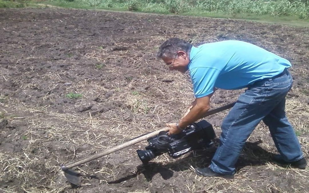 Zaqueu Gois sempre buscava inovar para levar uma boa imagem aos telespectadores. Nesta foto, de 2012, aparece produzindo uma matéria no Dia de São José — Foto: Anderson Barbosa/G1