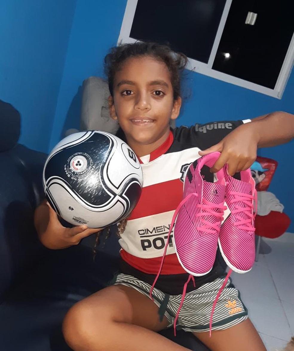 Larissa, de 10 anos, sonha em ser jogadora de futebol — Foto: Arquivo Pessoal