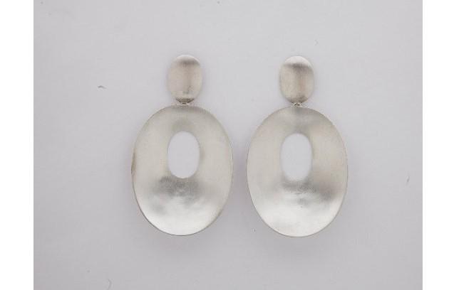 Brinco oval em prata Monica Pondé (R$ 495)                          (Foto: Daniela Dacorso)