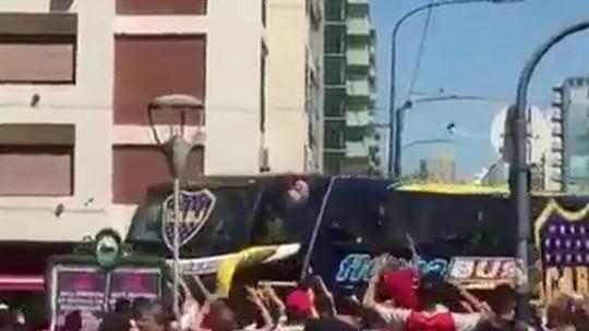 Motorista do ônibus desmaiou após pedrada e dirigente do Boca assumiu o volante