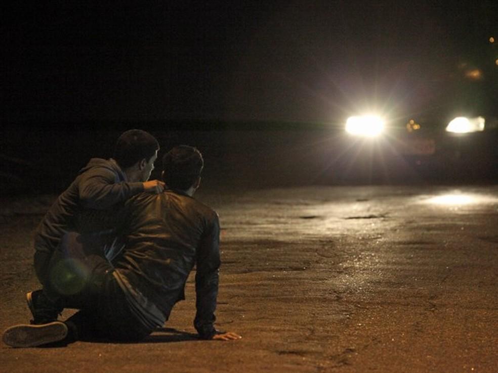 Alan (Diego Amaral) salva Duca (Arthur Aguiar) e depois é atropelado por Lobão (Marcelo Faria) - 'Malhação Sonhos' — Foto: Carol Caminha/Globo