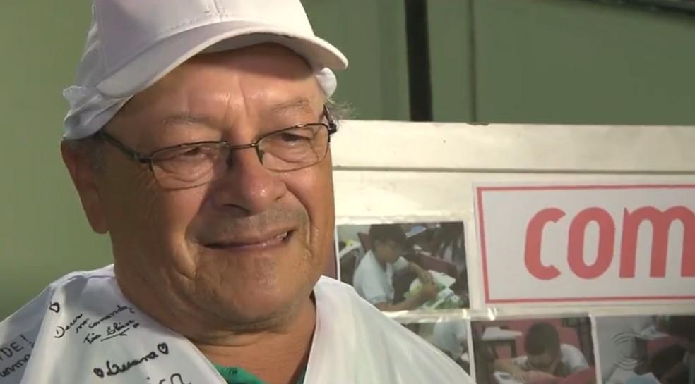 Há mais de 20 anos, o pipoqueiro Jonas Lopes, de 51 anos, ajudava a sustentar a família vendendo pipoca nas ruas de Campina Grande — Foto: Reprodução/TV Paraíba