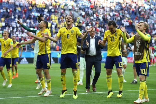 Os jogadores da seleção da Suécia na Copa do Mundo celebrando a vitória contra a Suíça que garantiu a disputa das quartas de final contra a Inglaterra (Foto: Getty Images)
