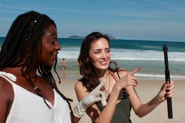 Dani Ornellas e Brunna Benassi gravando 'Rio fora do lixo' (Foto: Divulgação)