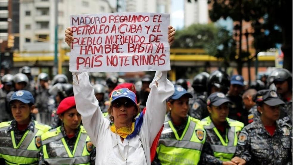Em Caracas, manifestante da oposição culpa o presidente Maduro por ajudar países aliados enquanto os venezuelanos morrem de fome — Foto: Reuters