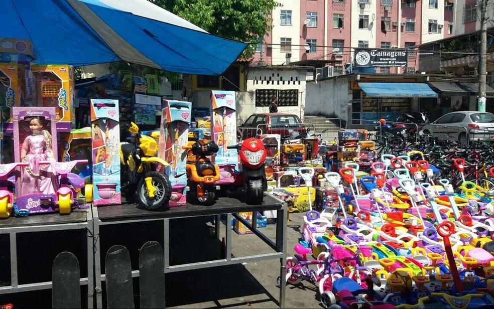 Traficante Peixão distribuiu presentes  no Dia Das Crianças para angariar a simpatia de moradores (Foto: Reprodução)