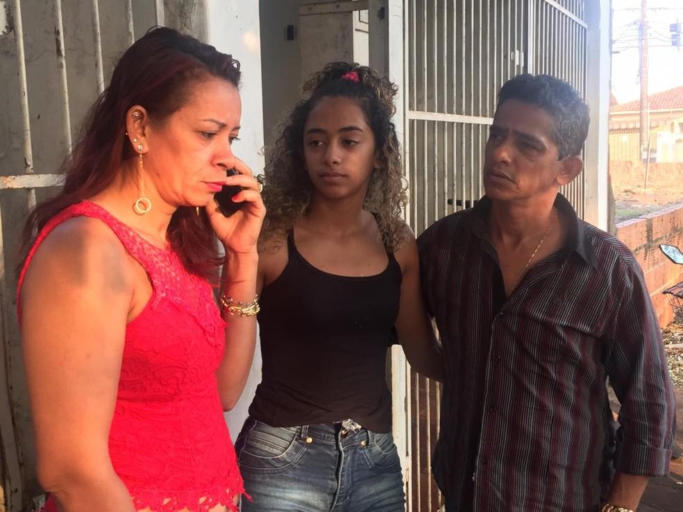 Pais e irmã de Gusttavo aguardam informações sobre liberação de corpo. — Foto: Flávio Dias/G1 MS