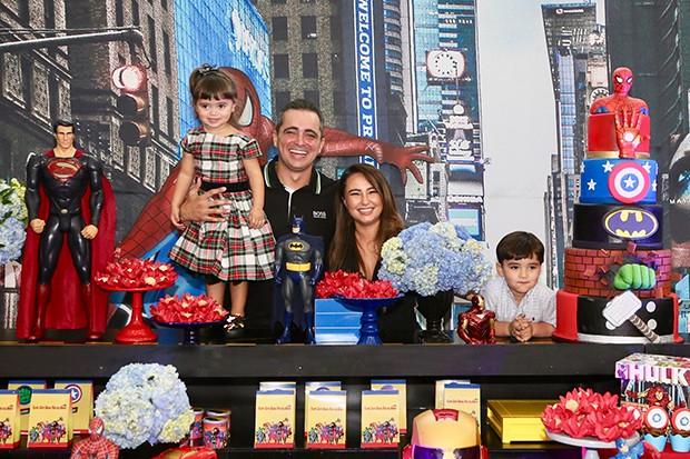 Karina Sato ao lado do marido Felipe realizaram festa de 4 anos para o filho Felipe (Foto: Manuela Scarpa/ Brazil News)