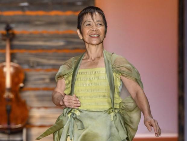 Clara Yumiko, de 59 anos, fez sua estreia na passarela de Fernanda Yamamoto (Foto: Thibé)