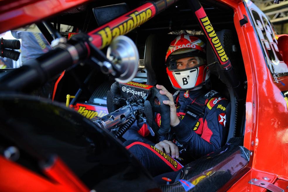 Nelsinho Piquet se prepara para ir à pista nos treinos livres em Cascavel — Foto: Miguel Costa Jr.
