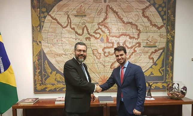 O assessor Filipe Martins (à direita) com o chanceler Ernesto Araújo