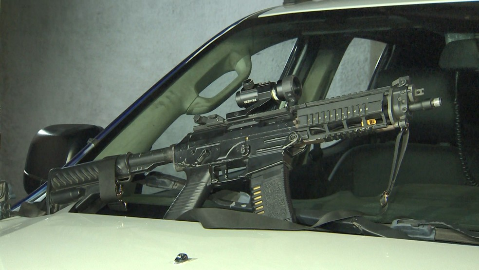 Homem é preso com fuzil falso usado para ostentar entre traficantes — Foto: Reprodução/ TV Gazeta