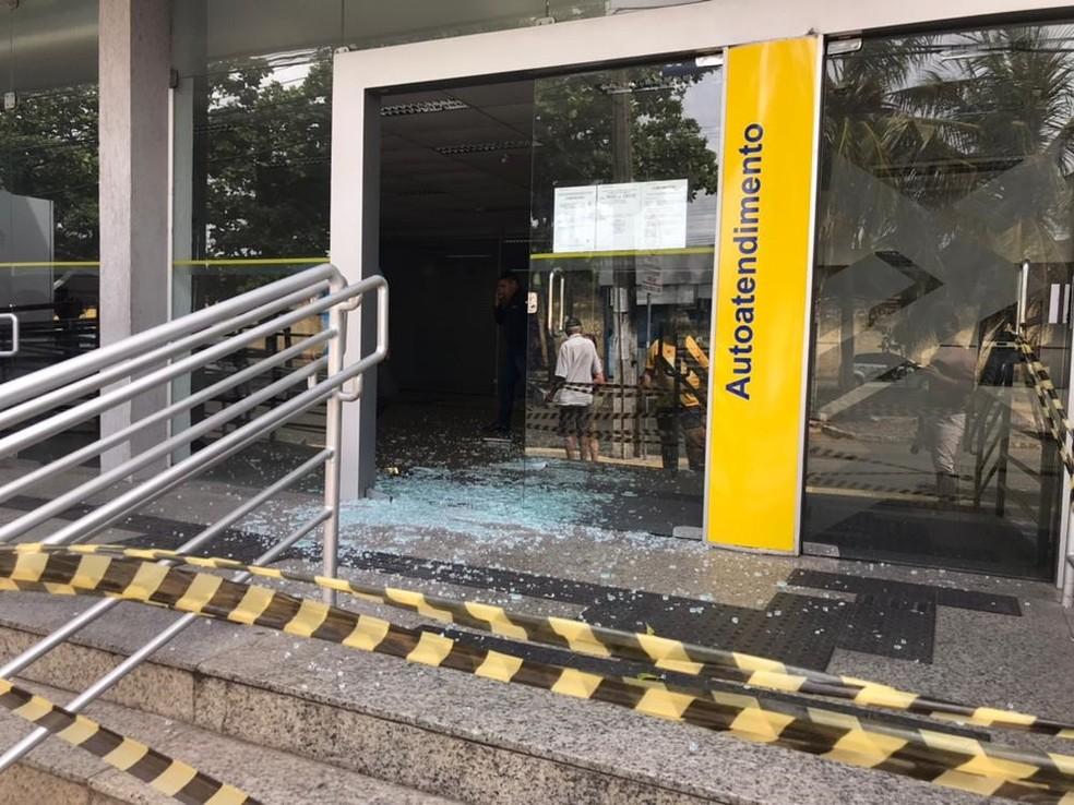 Agência do Banco do Brasil teve os vidros da porta principal quebrados (Foto: Italo Di Lucena/Inter TV Cabugi)