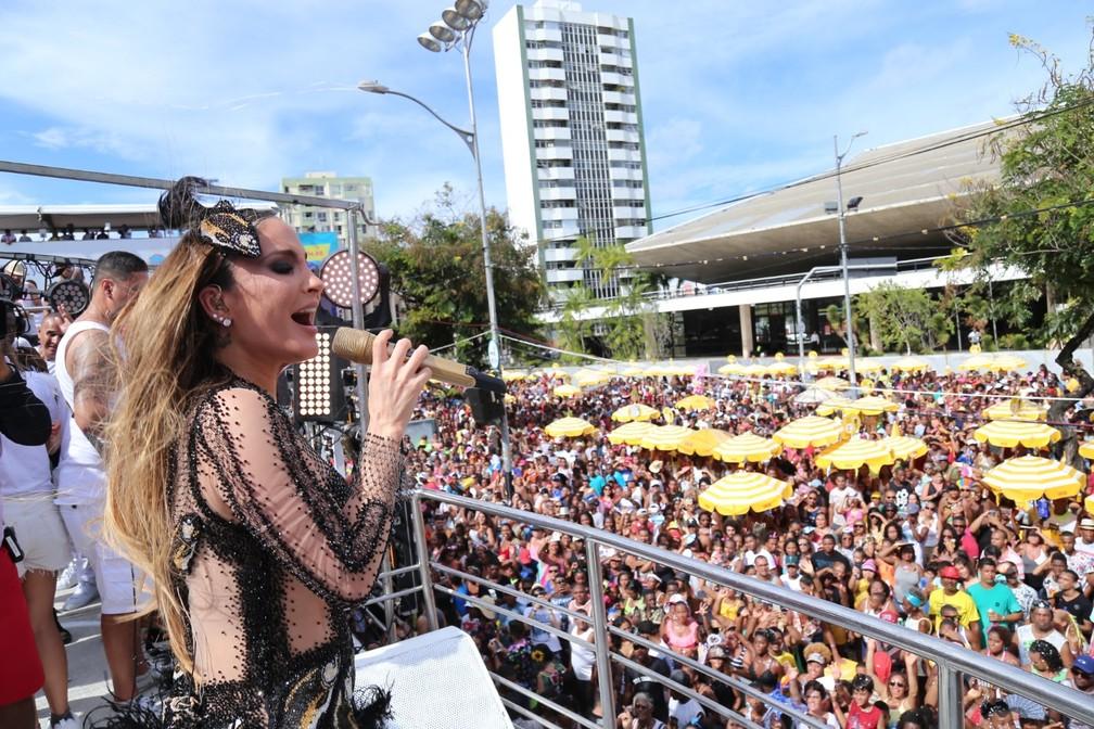 Claudia Leitte comandou trio sem cordas no Campo Grande. — Foto: Júnior Improta/Aghaack