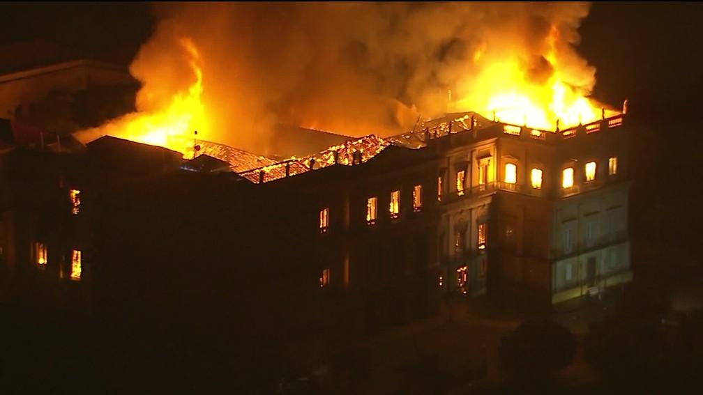 Imagem aérea de incêndio no Museu Nacional do Rio (Foto: Reprodução/ TV Globo)