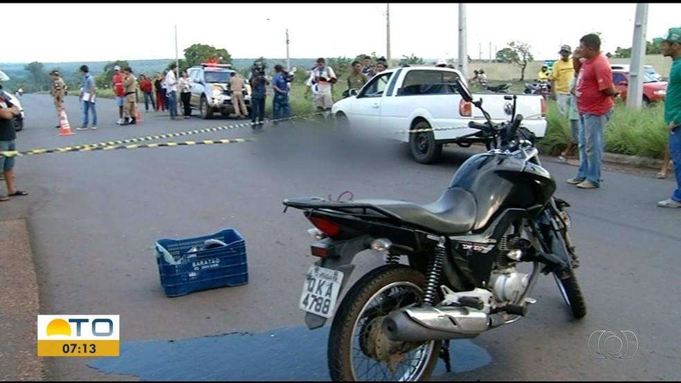 Motociclista bateu em carro de passeio na TO-222 em Araguaína — Foto: Reprodução/TV Anhanguera