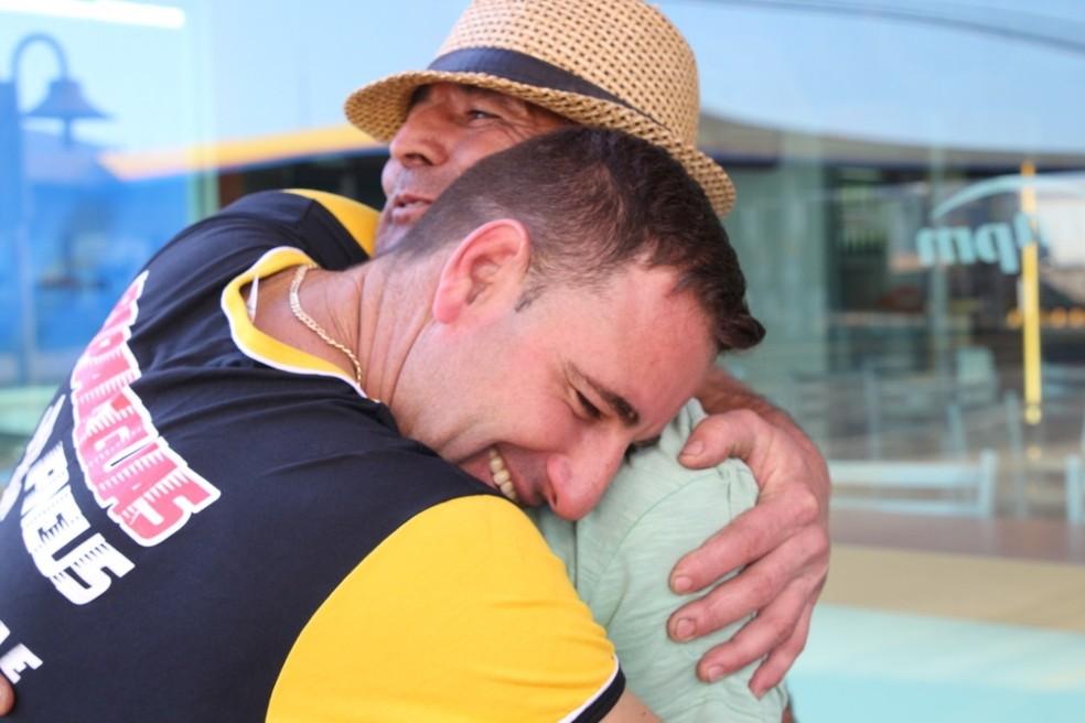 Guilherme abraça Mauro após ajudante entregar carteira — Foto: Brunno Alexandre/Marília Notícia