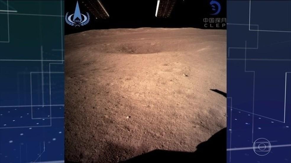 Em feito inédito, sonda chinesa pousa na face oculta da Lua — Foto: Reprodução/JN
