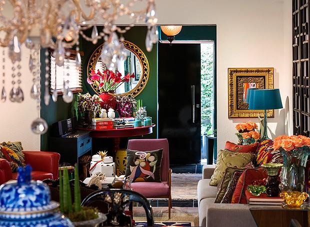 É difícil dizer ao certo quantas cores este living tem ao todo. Móveis, almofadas, vasos, enfim, tudo é bem colorido e, o mais importante, tem um grande significado para os moradores (Foto: Divulgação/Romulo Fialdini)