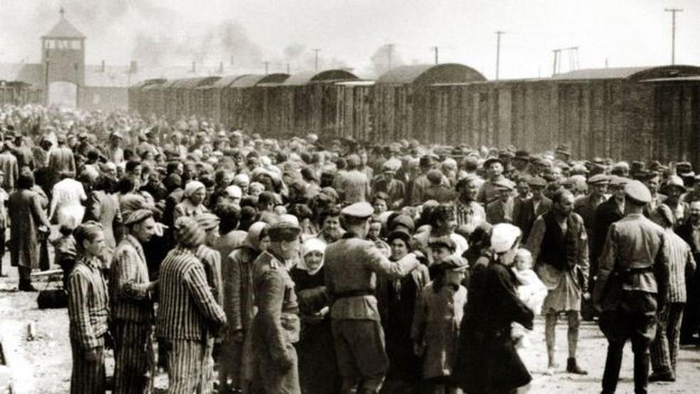 Tantos judeus húngaros foram mortos em tão pouco tempo que os corpos das vítimas foram jogados em covas perto do campo e queimados — Foto: Getty Images/BBC