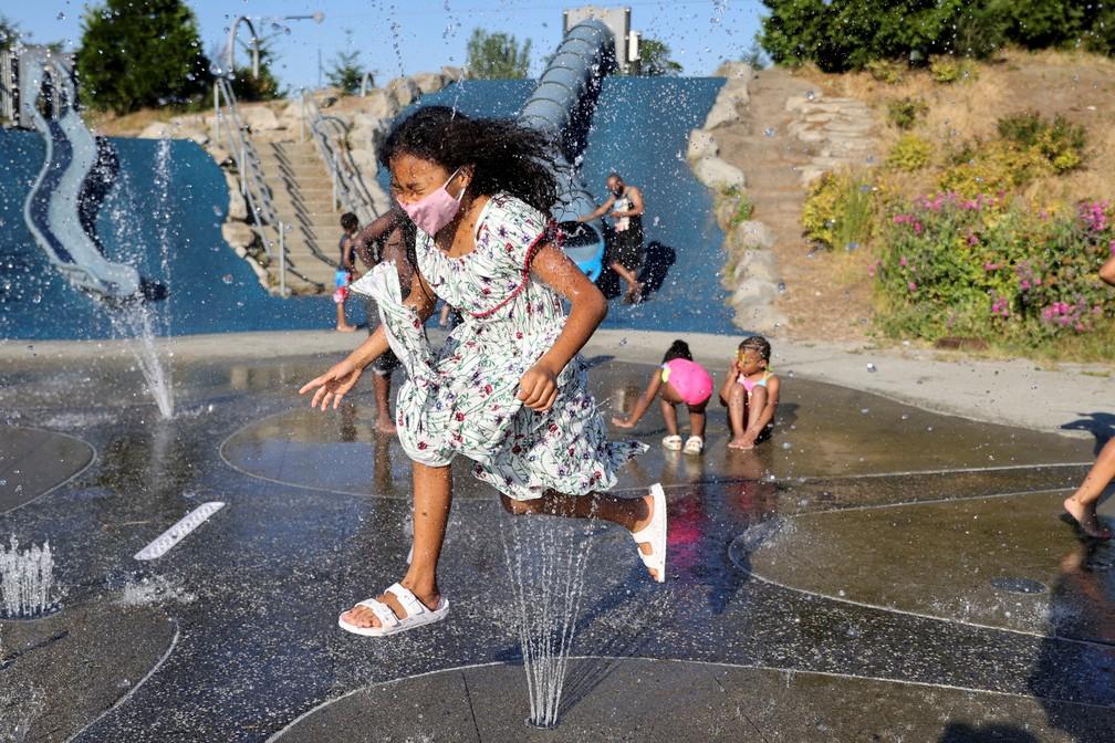 Crianças brincam em parque de fontes em Seattle, nos EUA, no domingo (27), dia de onda de calor nos EUA — Foto: Karen Ducey/Reuters
