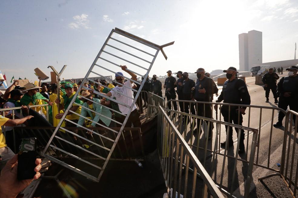 Apoiadores do presidente Jair Bolsonaro derrubam cercas de proteção com o intuito de invadir área próxima aos prédios do Congresso Nacional e do Supremo Tribunal Federal (STF), na frente do Palácio do Itamaraty, em Brasília, na manhã de 7 de setembro de 2021 — Foto: Dida Sampaio/Estadão Conteúdo