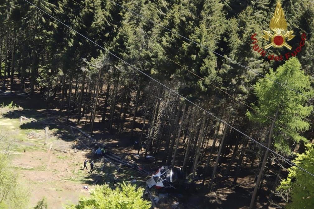 Equipes de resgate trabalham em meio aos os destroços de um teleférico que ele desabou perto do cume da linha Stresa-Mottarone na região de Piemonte, norte da Itália, neste domingo (23). — Foto: Soccorso Alpino e Speleologico Piemontese via AP