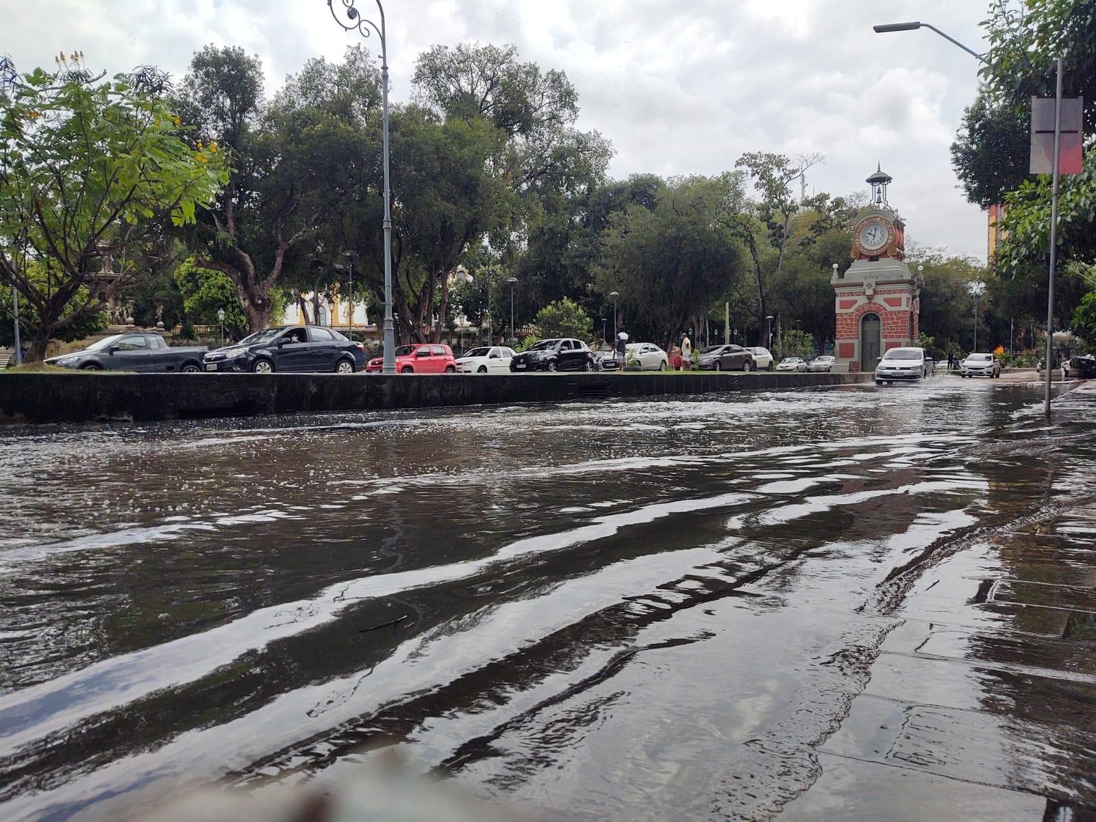 Enchente do Rio Negro avança e água chega à Praça do Relógio, Centro Histórico de Manaus