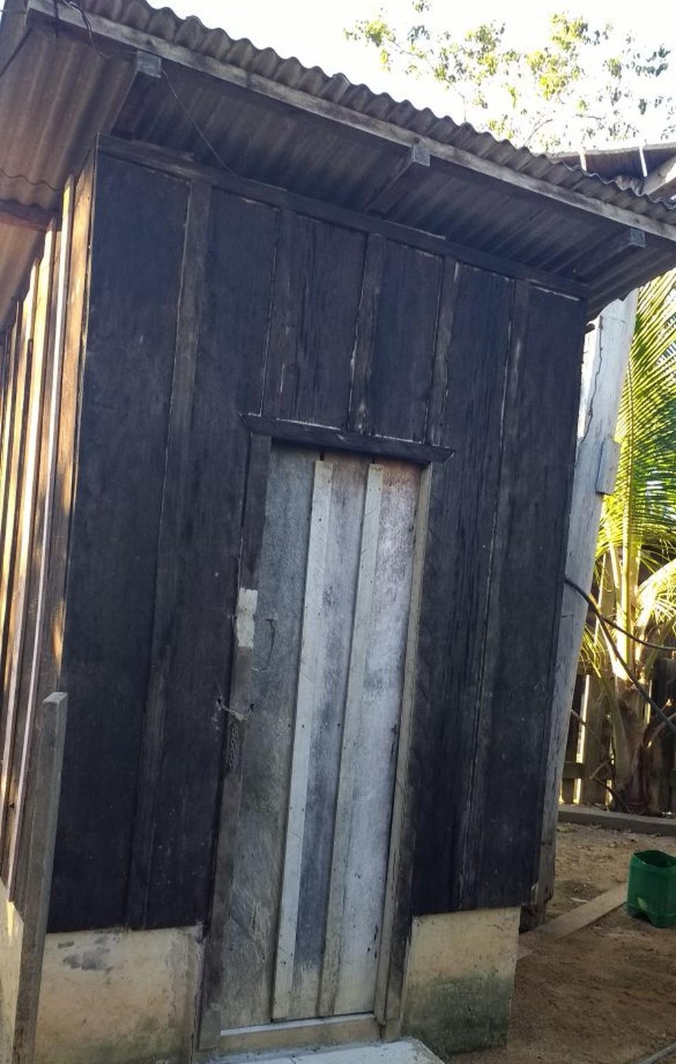 Há um banheiro adequado com sanitário e chuveiro, porém, os proprietários o deixam trancado com cadeado e corrente, obrigando a vítima a tomar banho de mangueira (Foto: Polícia Civil de MT)