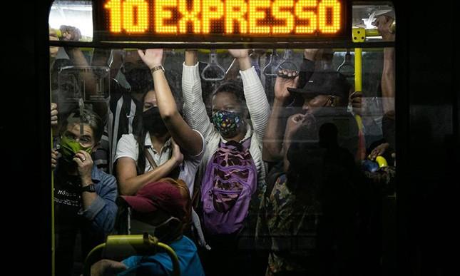 Covid se alastra entre os mais pobres e menos instruídos e relaxamento acontece com mil mortos por dia no Brasil