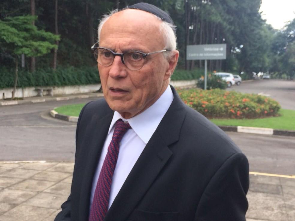 Eduardo Suplicy durante velório do economista Paul Singer, um dos fundadores do PT, em São Paulo (Foto: Tatiana Santiago/G1)