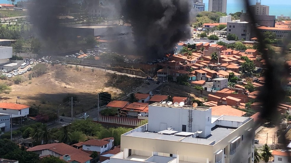 Criminosos ateiam fogo em pátio de concessionária de veículos em Fortaleza — Foto: Arquivo pessoal
