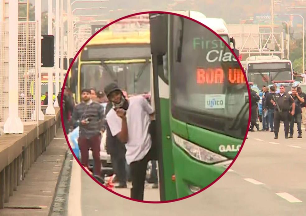 Sequestrador desce do ônibus armado e mostra o rosto — Foto: Reprodução/GloboNews