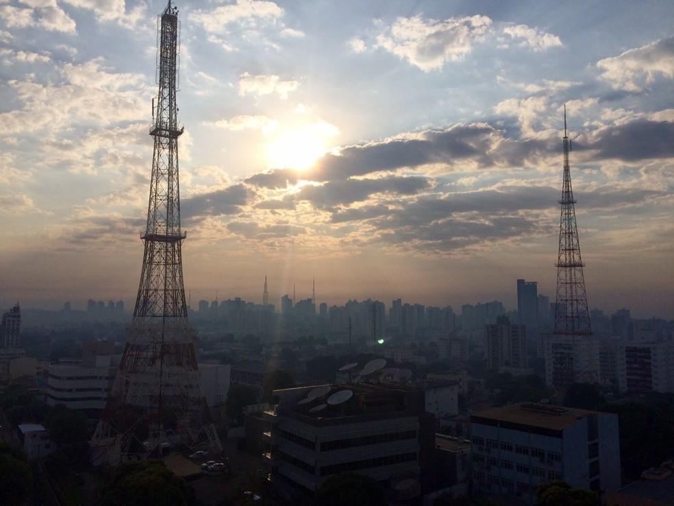 Cuiabá amanheceu coberta de fumaça, mais uma vez, neste domingo (10) (Foto: TVCA)