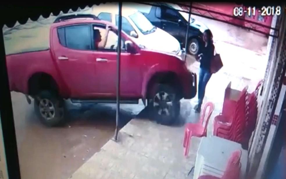 Caminhonete atinge mulher em cheio em Vicente Pires, no Distrito Federal — Foto: Reprodução