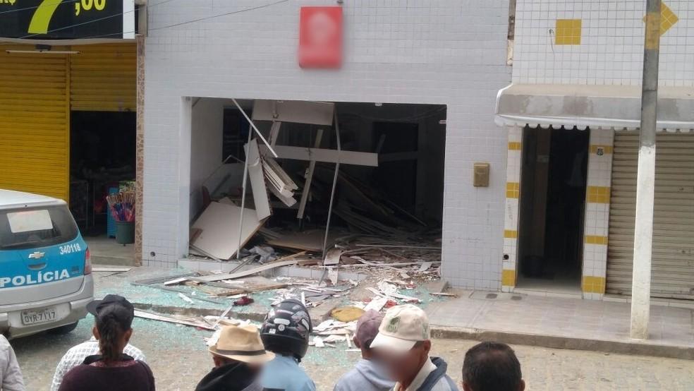 Prédio ficou destruído após a ação dos criminosos (Foto: Junior Bill/Divulgação)