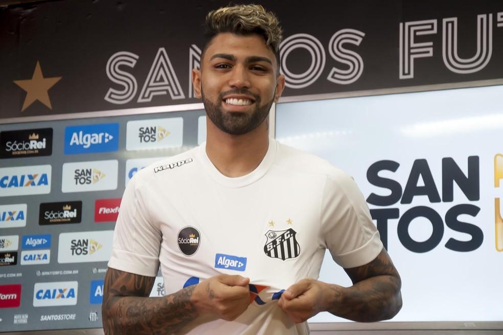 8a7d1b25e Gabigol é responsável por 30% das vendas de camisa do Santos em loja ...