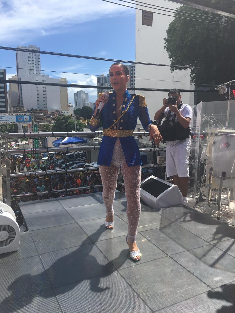 Claudia Leitte faz homenagem para Maria Quitéria em trio pipoca no carnaval de Salvador