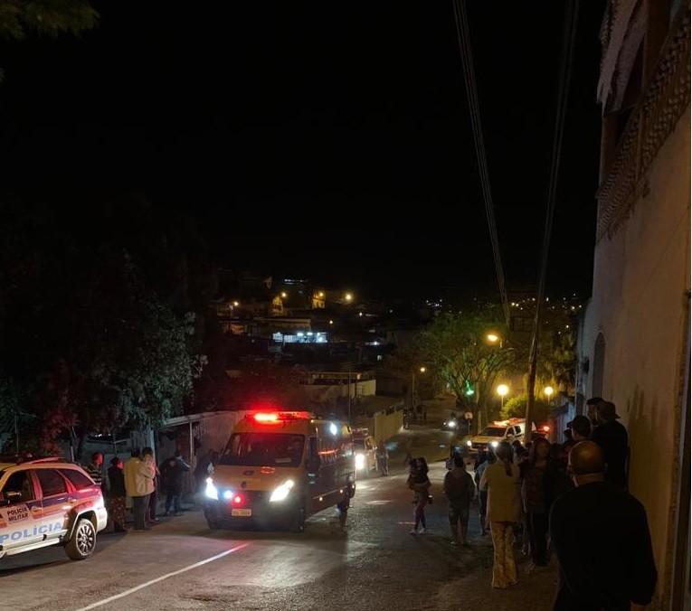 Quatro pessoas morrem e três ficam feridas após dois homens invadirem casa em Itabirito