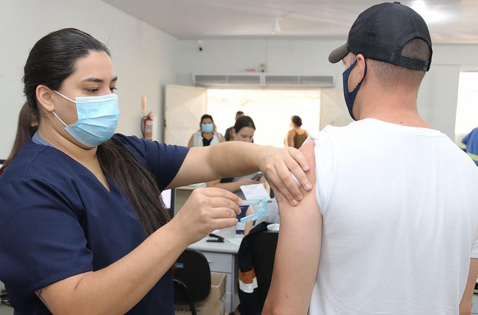 Prefeitura de Foz do Iguaçu vai vacinar pessoas com 53 anos ou mais na segunda-feira (7). — Foto: Christian Rizzi/PMFI/Divulgação