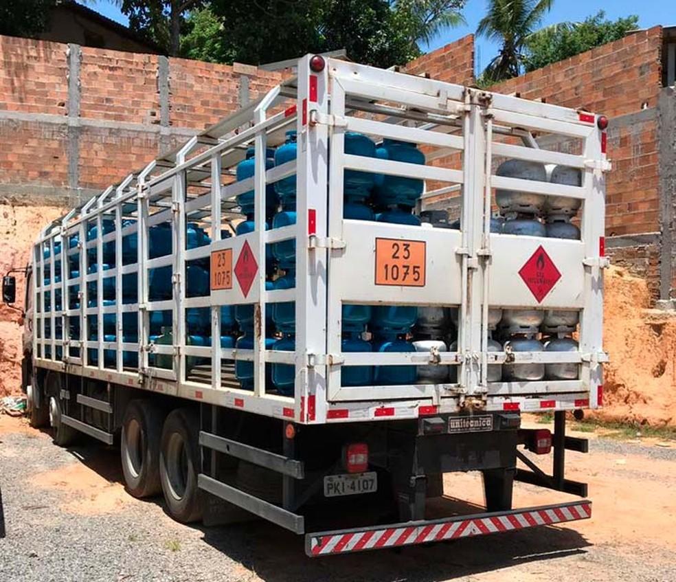 Após denúncia, polícia encontra depósito clandestino e apreende 380 botijões de gás em Lauro de Freitas, na Bahia — Foto: Divulgação/Polícia Civil