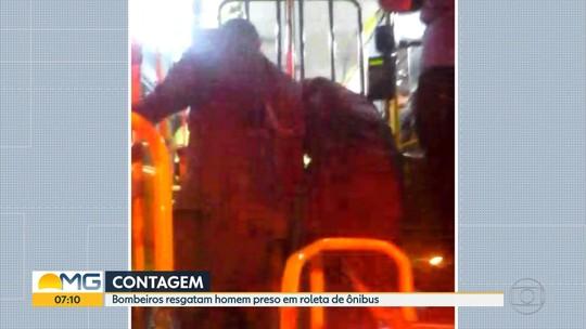Homem fica preso em roleta de ônibus e é resgatado por bombeiros em Contagem