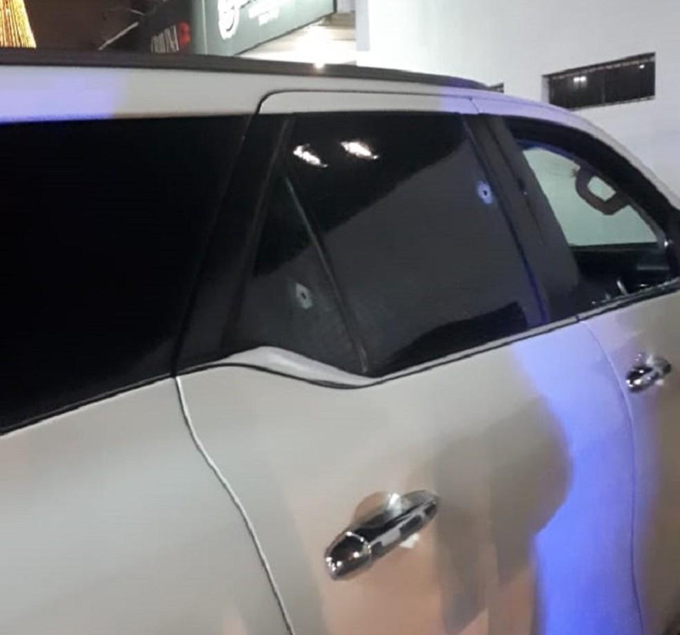 Marcas de tiros no carro do advogado baleado no bairro Capim Macio, Zona Sul de Natal, na noite deste sábado (23) — Foto: Redes sociais